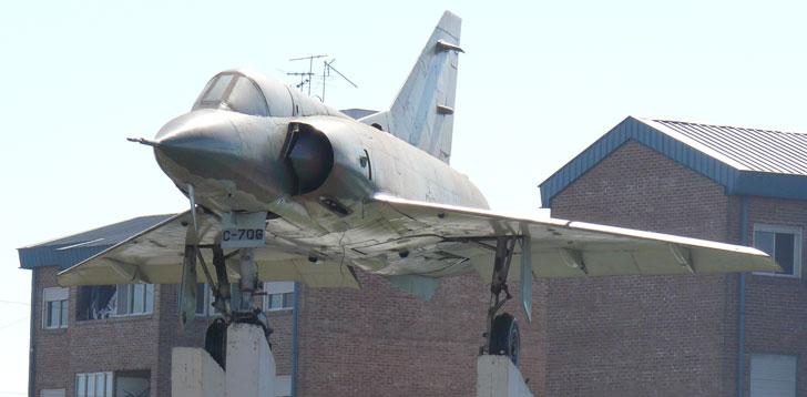 Mirage III emplazado en la Plazoleta Aeronautica Argentina, en Villa Lugano