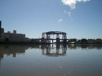 Riachuelo y dos puentes Avellaneda, viejo y nuevo, que se cruzan a lo lejos