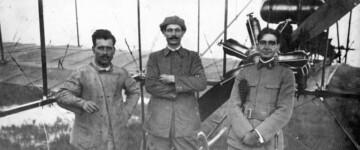 Manuel González y aviadores amigos, junto a un biplano