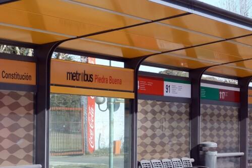 Cartelería en el Metrobús Sur - Parada Piedrabuena